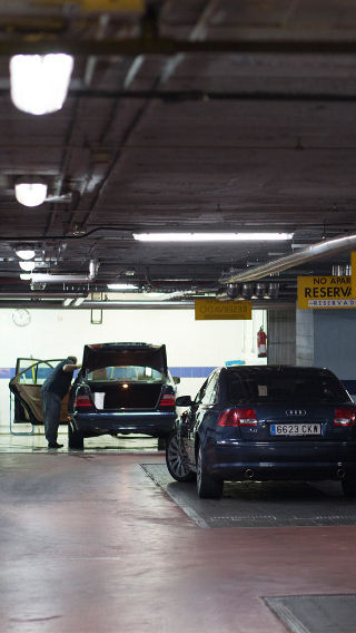 Philips industrial parking lot lighting illuminates the NH Hoteles Eurobulding car park